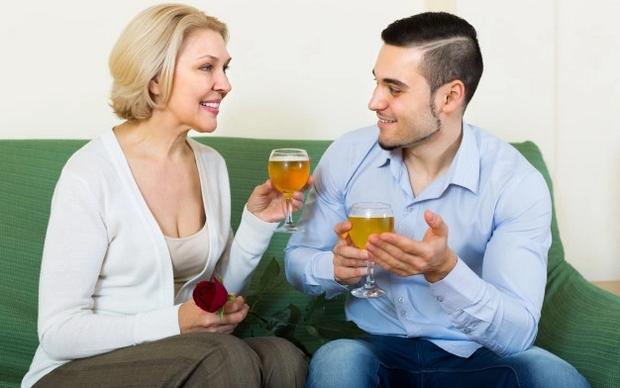 femme mature et jeune homme